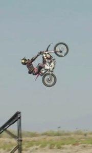 好大胆啊!走钢丝骑摩托车飞跃开飞机三种极限同时进行