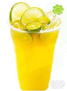 将蜂蜜柚子茶用干净无油的筷子夹出