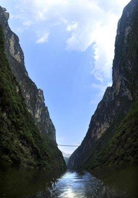花江大峡谷风景名胜区西北起岗乌镇的毛草坪,东南至板贵乡的三江口.