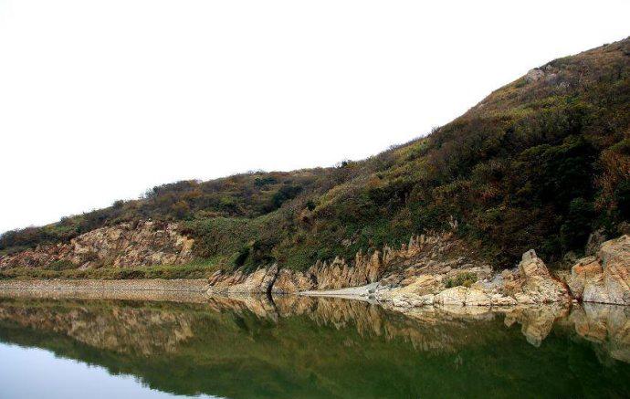 """74平方公里,海岸线长10.15公里.该岛形似梁木横置海中,故名""""梁横山""""."""