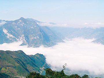 磨盘山国家森林公园原始森林苍苍茫茫,大气景观缥缈莫测,流泉飞瀑点缀