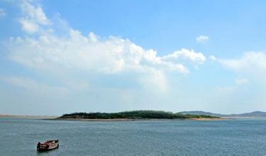 薛家岛旅游度假区可分为:山里景区,金沙滩景区,银沙滩景区及竹岔岛