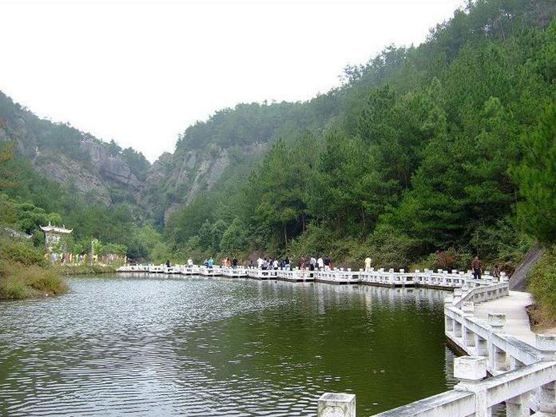 天湖风景区是天台山国家重点风景名胜区的核心景区之一,集山水,聚人文