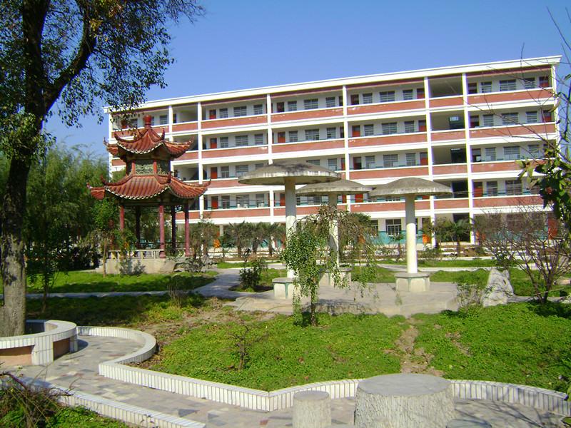 2009年8月,定远县炉桥中学被评为市级示范高中.