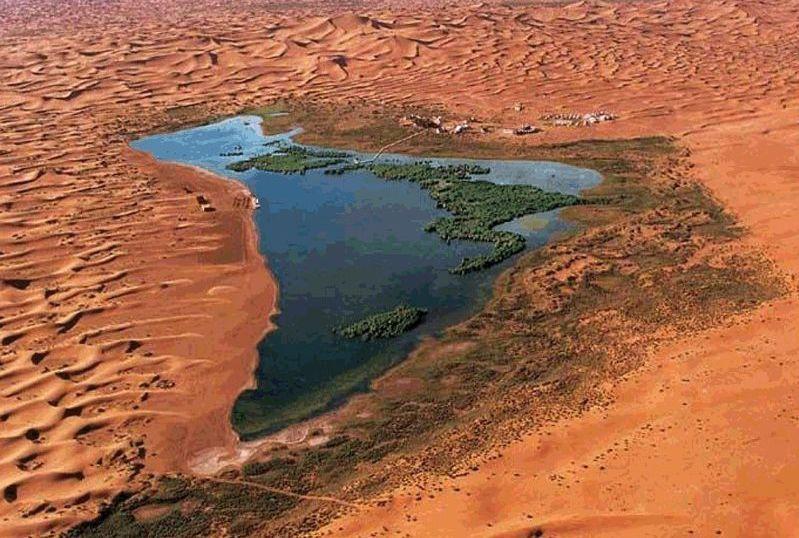 神山,大漠,戈壁,藏传佛教……更是赋予了月亮湖这颗沙漠里的明珠无尽